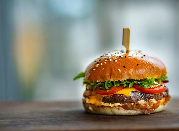 Dia do hamburguer - comida na mesa