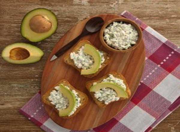 Receita de Crostini de Cottage e Avocado é opção de lanche nutritivo
