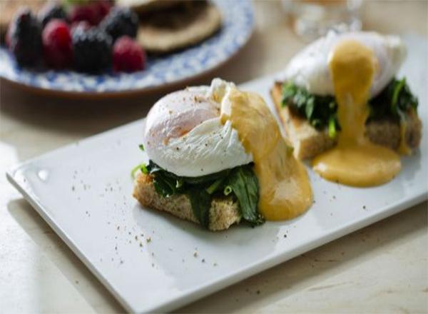 Dia dos namorados: receita de Ovos Benedict com molho Holandês