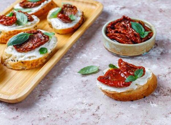 Sanduíche de tofu, tomate seco e rúcula é prático e saudável