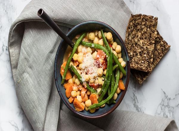 Sopa rápida de legumes e grãos de bico para aquecer neste inverno