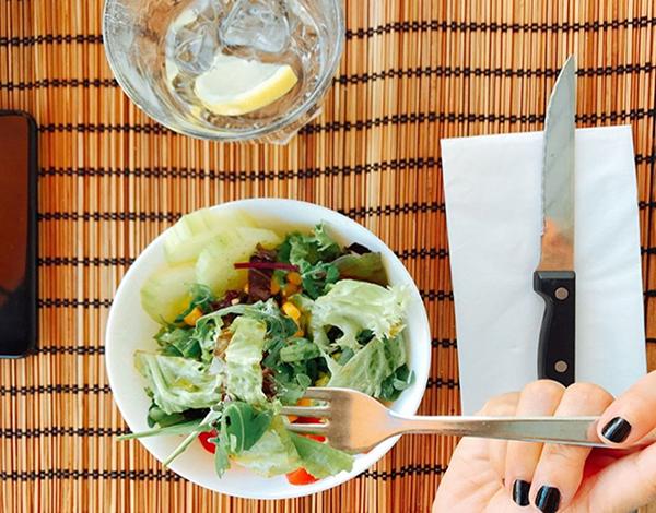 Dieta balanceada restaura saúde intestinal e melhora a pele, diz estudo
