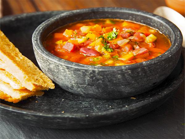 Que tal fazer a receita da sopa minestrone e espantar o frio?