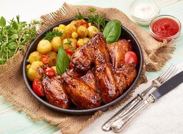 Aposte no frango assado com gergelim e batata para o almoço